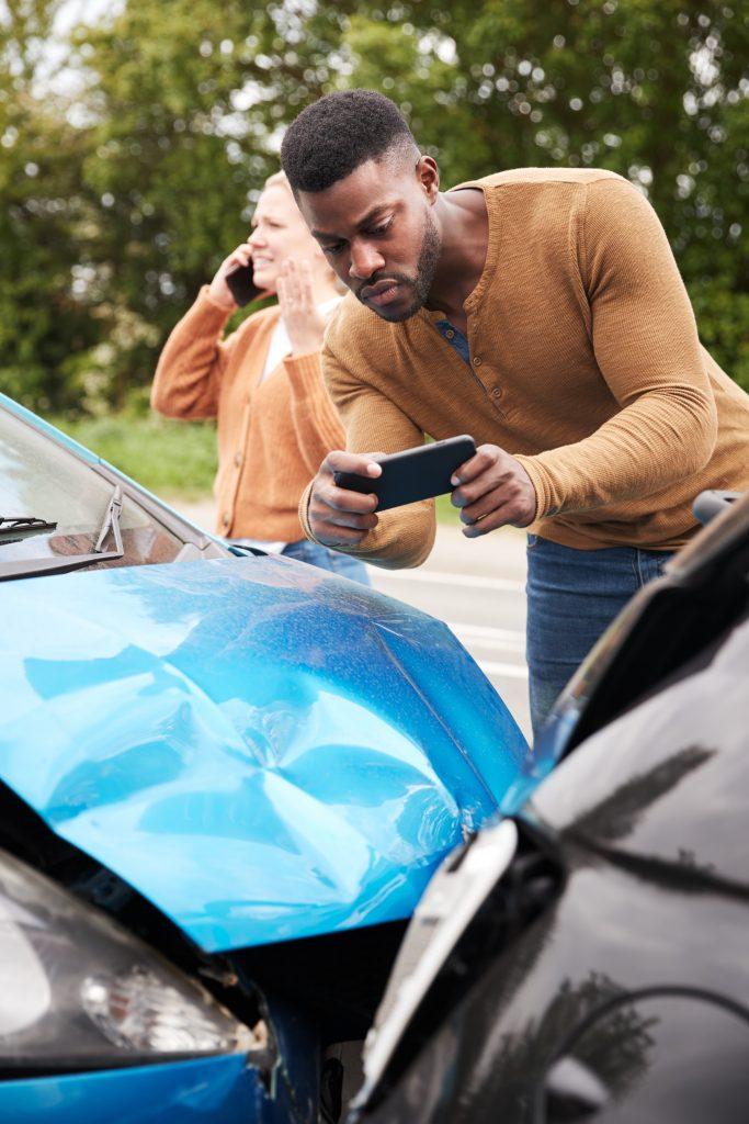 La imagen tiene un atributo ALT vacío; su nombre de archivo es male-motorist-involved-in-car-accident-taking-pict-B8ZCVR3-683x1024.jpg